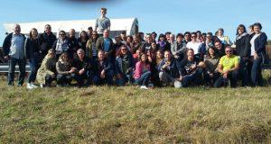 Gruppenfoto vor den Planwagen